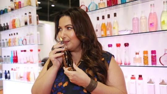 Mariana Xavier simula compra de perfume com uma Consultora de Beleza Natura