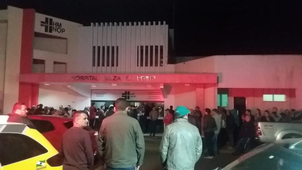 Moradores foram até a frente do Hospital Municipal de Ubiratã para onde o vice-prefeito e o filho foram levados (Foto: Sidney Trindade/RPC)
