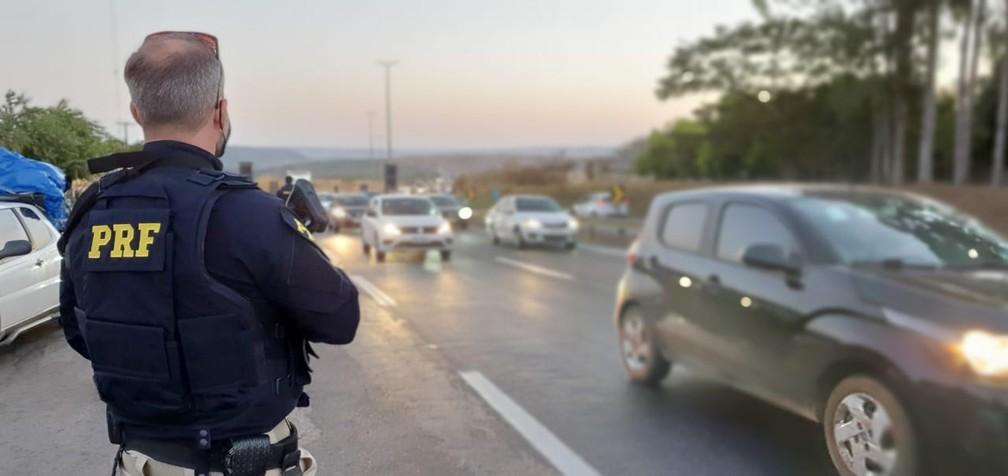Polícia Rodoviária Federal durante fiscalização — Foto: PRF/Divulgação