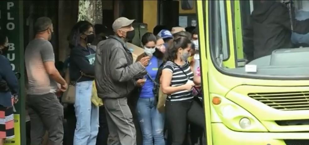 Em meio à pandemia, passageiros enfrentam lotação de ônibus em Foz do Iguaçu — Foto: RPC/Reprodução