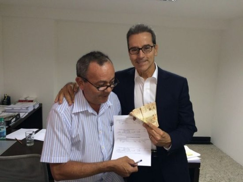 Luiz Estevão exibindo primeiro salário, quando trabalhou pela primeira vez em uma imobiliária, em 2015 — Foto: Reprodução