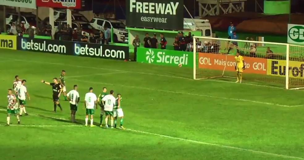 Goleiro do Fluminense-PI defende pênalti — Foto: FPF TV