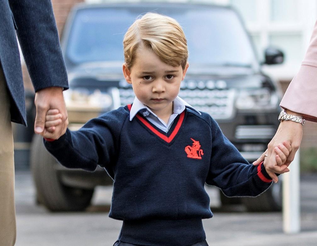 Príncipe George segura as mãos do pai e da diretora da escola (Foto: Richard Pohle/Pool/Reuters)