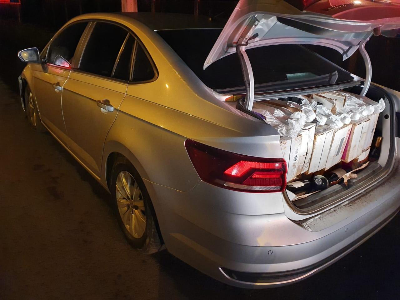 Carro furtado é recuperado com 450 garrafas de vinho importadas após perseguição pela BR-476