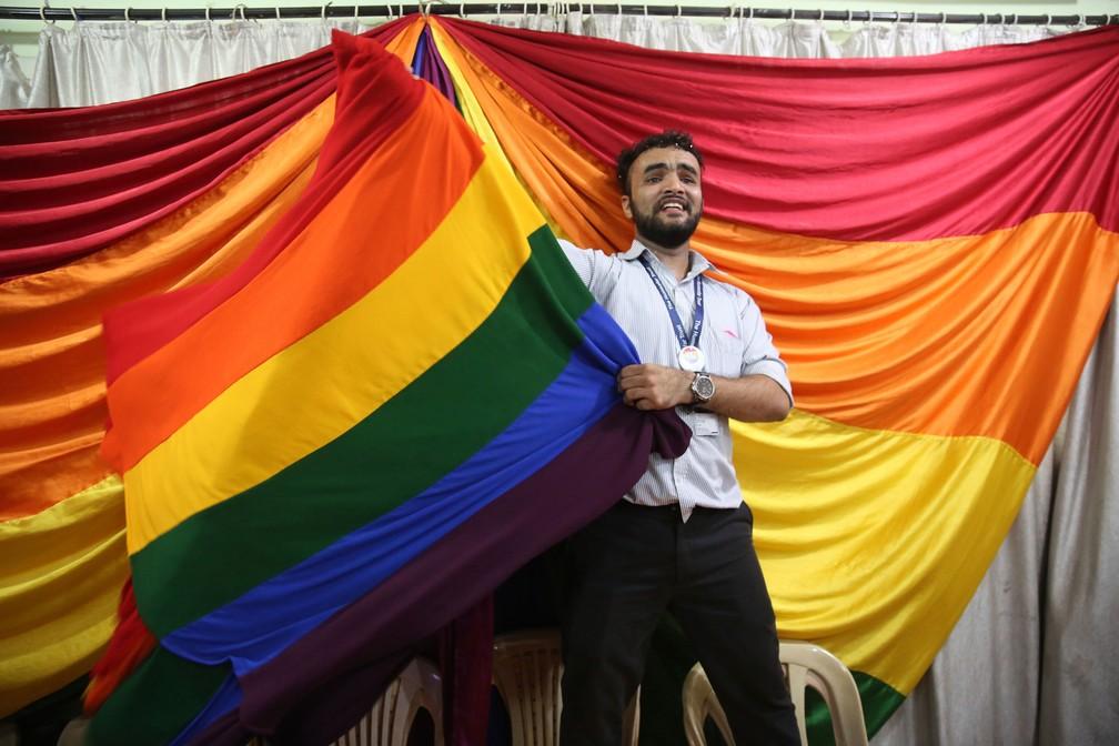 Ativista pelos direitos dos homossexuais comemora nesta quinta-feira (6) depois que Suprema Corte da Índia derrubou lei colonial que punia relações homossexuais (Foto: Rafiq Maqbool/AP)