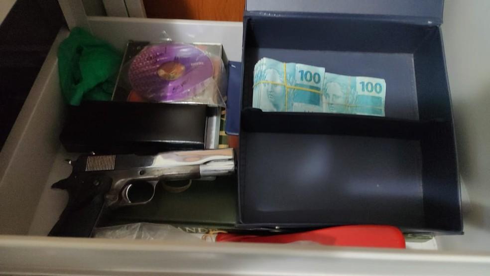 Arma e dinheiro apreendidos durante Operação Suborno, desencadeada pela Polícia Civil de Pernambuco nesta terça-feria (22) — Foto: PCPE/Divulgação