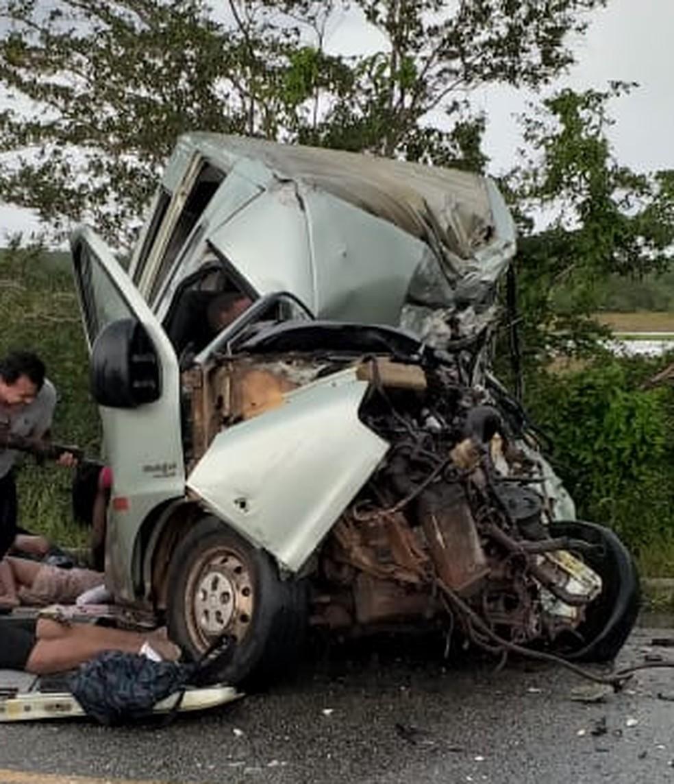Van ficou destruída após colidir com caminhão na BR-402, nesta quinta-feira (31) — Foto: Divulgação/Miritiba em foco