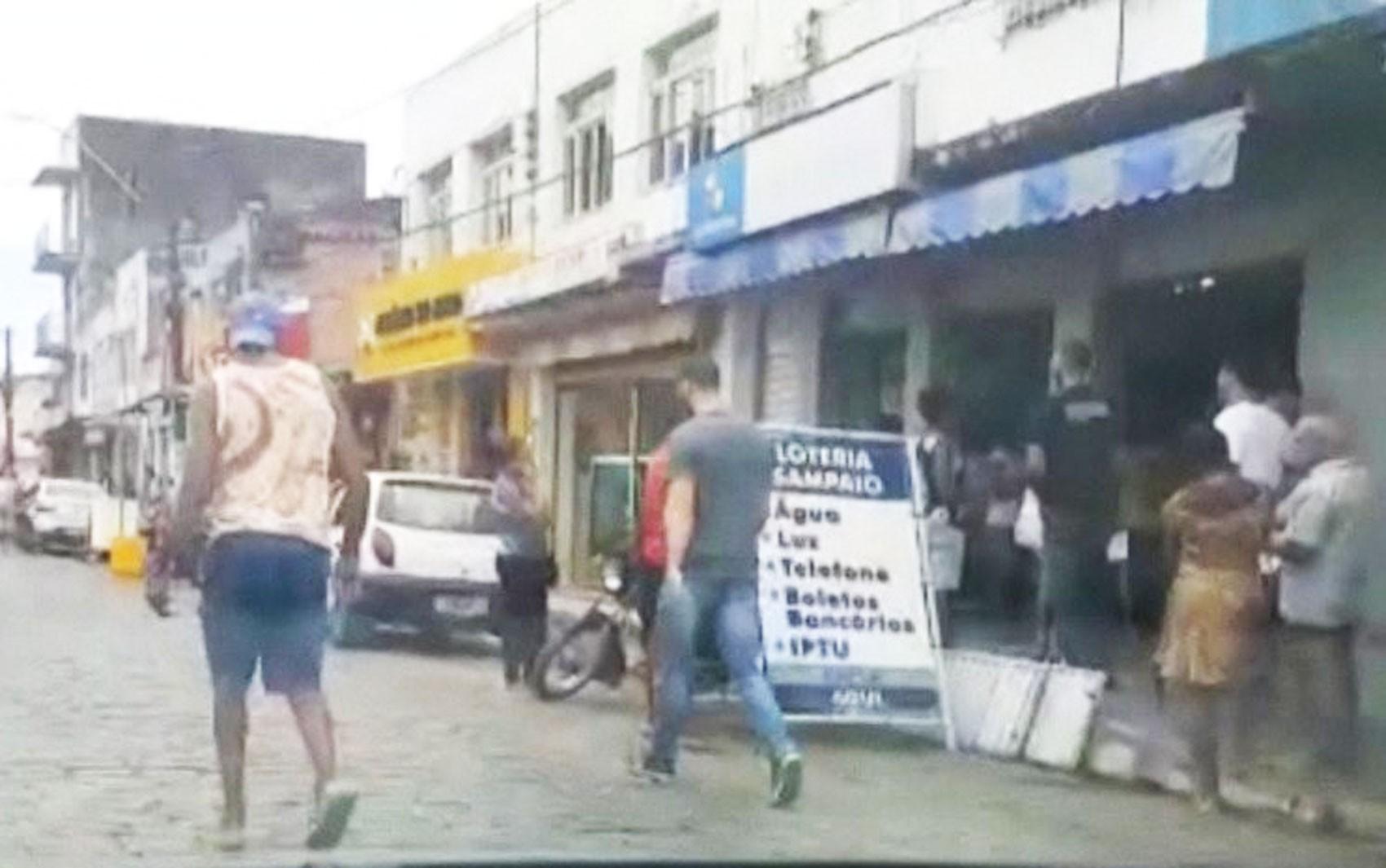 VÍDEO: Moradores de Muritiba, no recôncavo baiano, lotam comércio durante pandemia do coronavírus