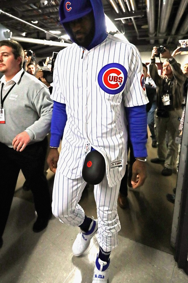 CHICAGO, IL - DECEMBER 02:  LeBron James #23 of the Cleveland Cavaliers enters the United Center in a Chicago Cubs uniform after losing a World Series bet with Dwyane Wade of the Chicago Bulls on December 2, 2016 in Chicago, Illinois.  (Photo by Jonathan  (Foto: Getty Images)