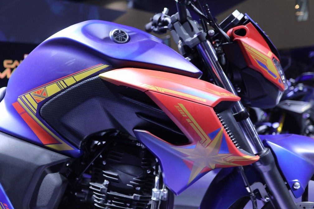 Yamaha Fazer 250 inspirada na heroína Capitã Marvel — Foto: Fábio Tito/G1