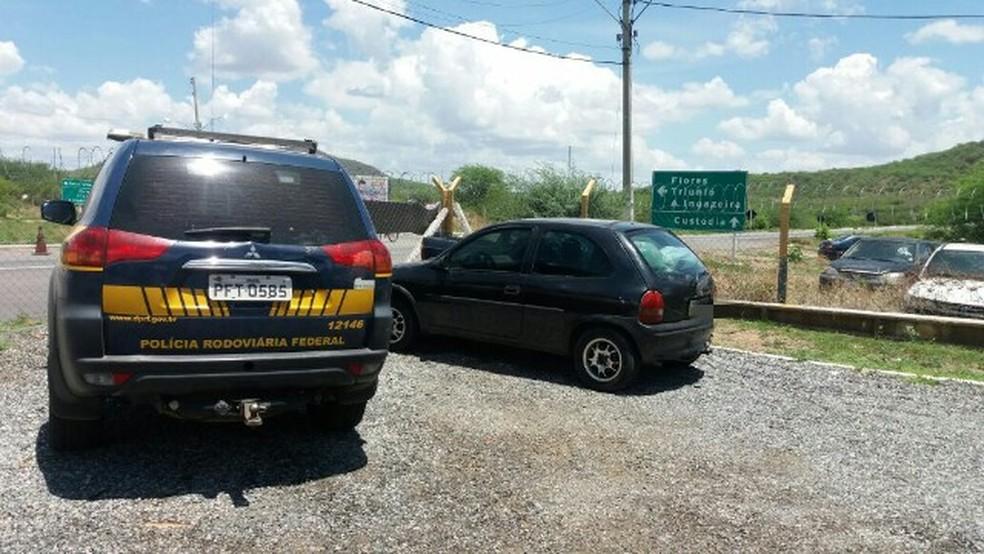 Carro do motorista foi apreendido em Serra Talhada (Foto: PRF/Divulgação)