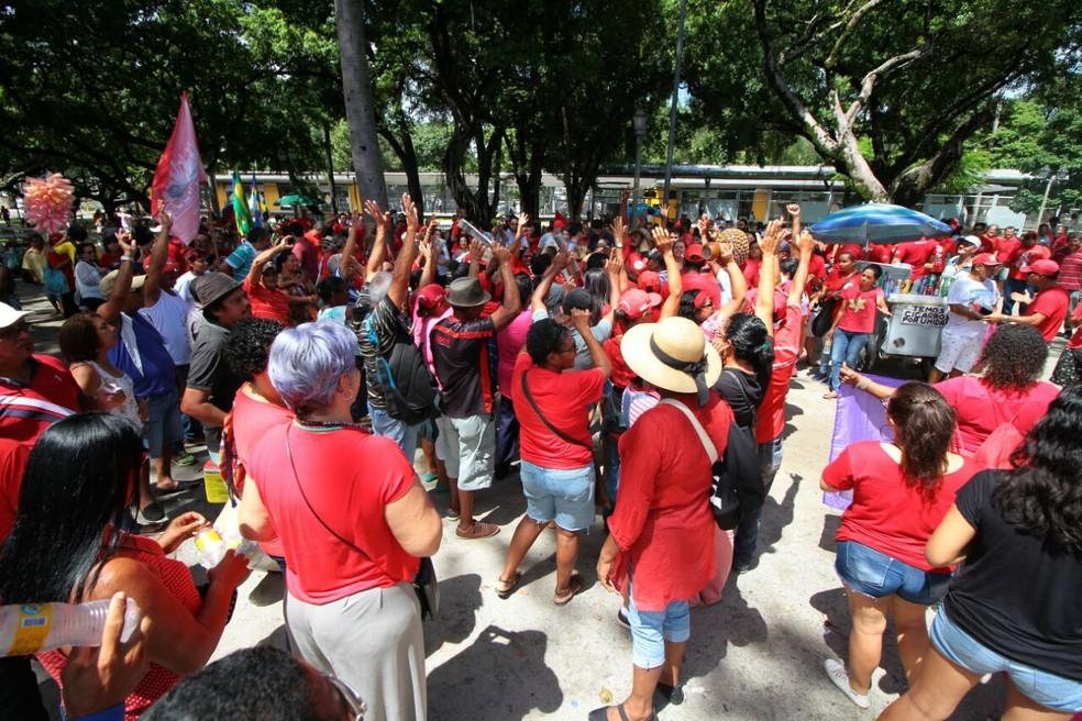 Ato em alusão ao Dia do Trabalhador reúne pessoas na Praça do Derby, na área central do Recife (Foto: Marlon Costa/Pernambuco Press)