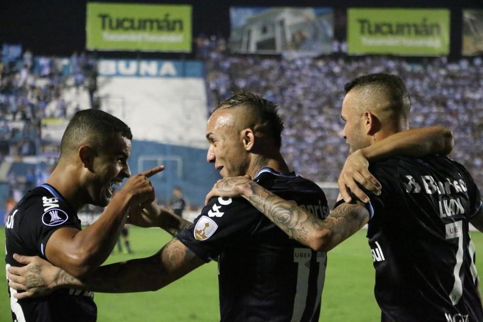 Alisson e Everton comemoram parceria em gol — Foto: Eduardo Moura
