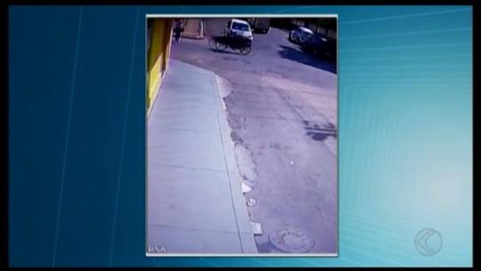Jovem é atropelada por motociclista no Centro de Oliveira; veja vídeo