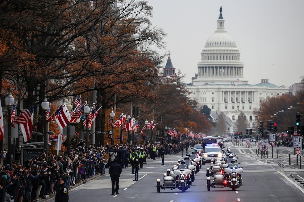 Corpo do ex-presidente George H. W. Bush é transportado nesta quarta-feira (5) na Avenida Pennsylvania, em Washington — Foto: Joshua Roberts/Reuters