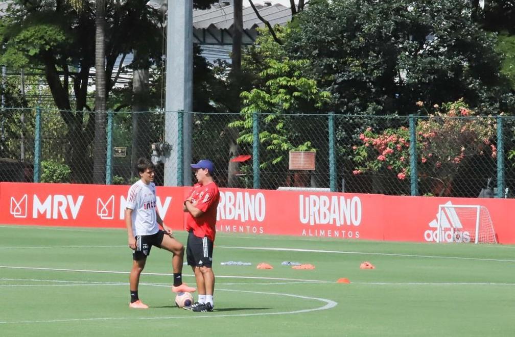 Fernando Diniz e Igor Gomes conversam no CT do São Paulo — Foto: Marcos Paulo