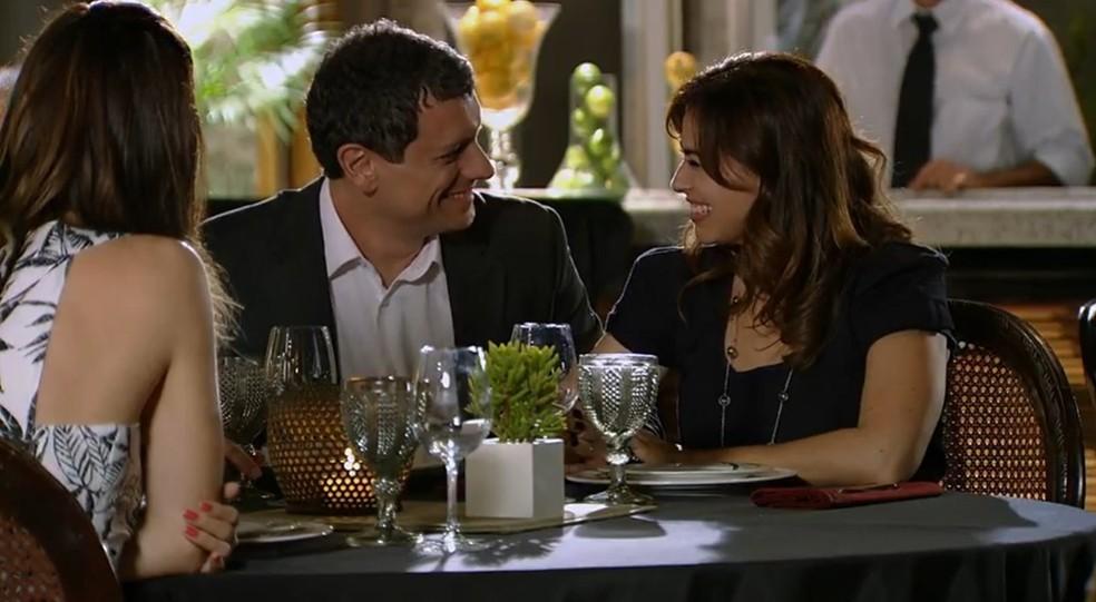 Alice (Sthefany Brito) almoça com Cícero (Marcello Airoldi) e Suzana (Daniela Escobar) — Foto: Globo