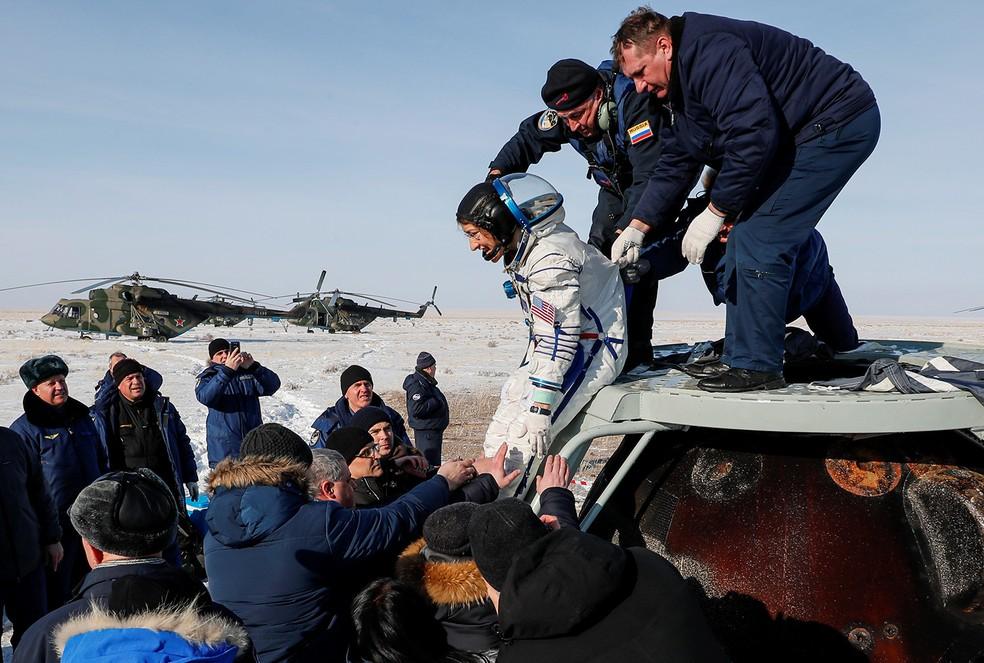 Especialistas ajudam o astronauta da ESA Luca Parmitano a sair da cápsula espacial após aterrissar no Cazaquistão nesta quinta-feira (6). — Foto: Sergei Ilnitsky/Pool via Reuters