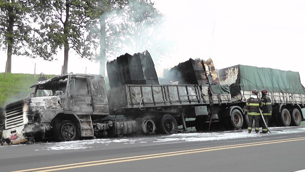 Fogo destruiu carreta na SP-294 — Foto: Diego Fernandes Silva/Reprodução TV Folha Regional