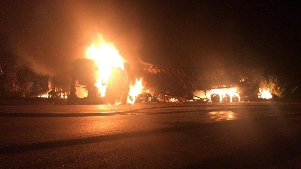 Ônibus e carreta pegaram fogo após acidente que deixou quatro mortos em Patos de Minas — Foto: Redes sociais/Divulgação