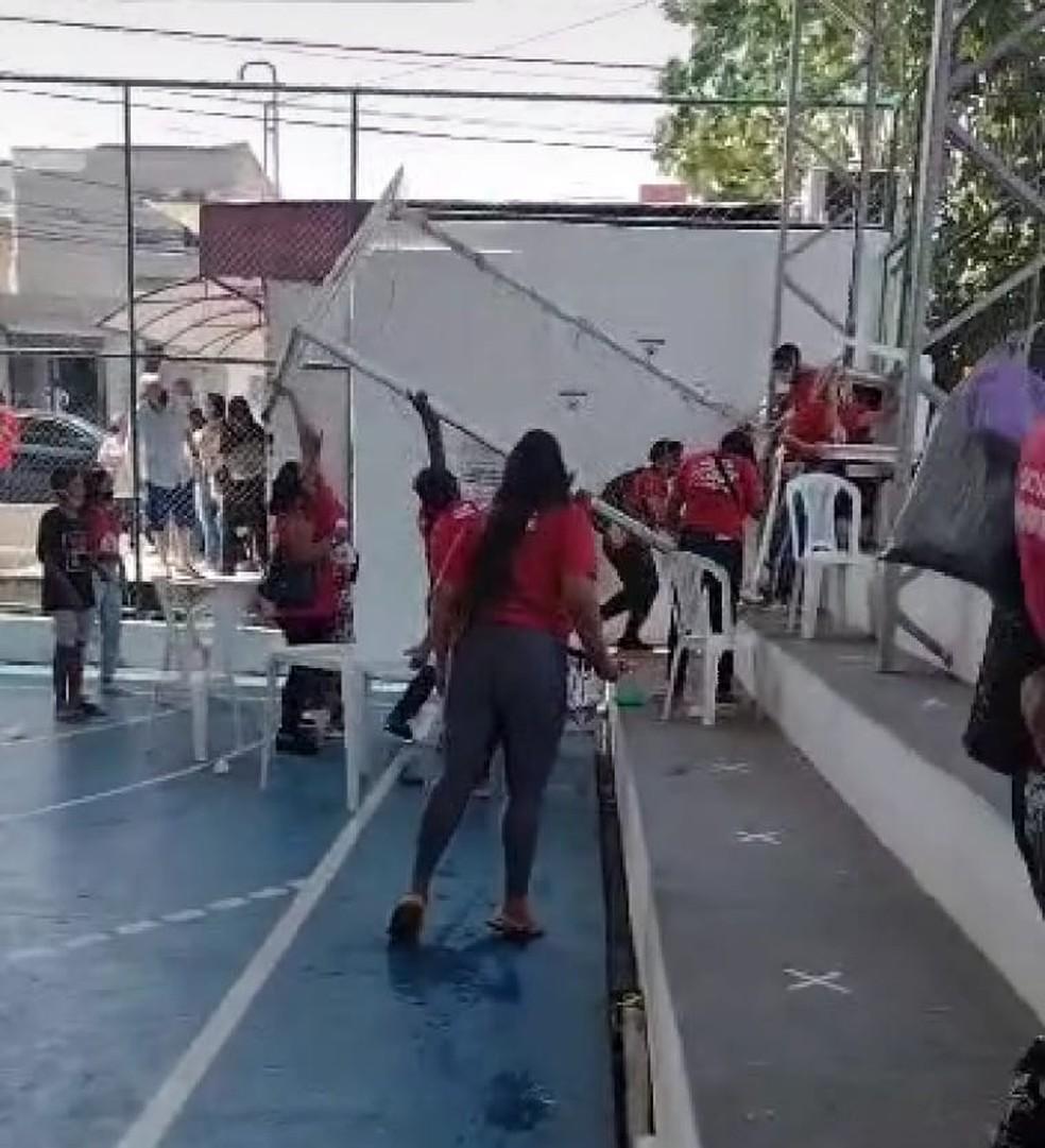 Protesto aconteceu na manhã desta segunda-feira (25) em quadra de esportes onde acontecia votação para delegados do plano diretor de Natal. — Foto: Reprodução