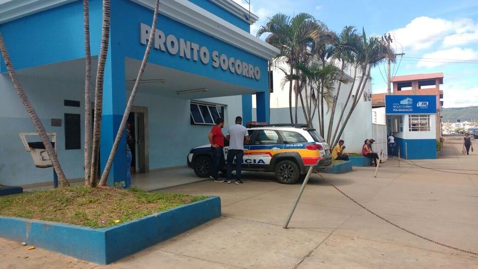 Polícias Civil e Militar foram chamadas no Hospital Aroldo Tourinho para investigar o encontro de um feto. (Foto: Juliana Peixoto/G1)