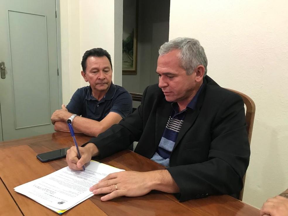 Prefeito Nélio Aguiar e o vice-prefeito José Maria Tapajós durante assinatura das leis de alienação de imóveis e da alíquota do ITBI — Foto: Kamila Andrade/Divulgação
