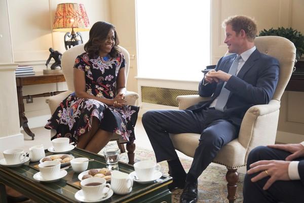 O Príncipe Harry com a ex-primeira dama dos EUA, Michelle Obama (Foto: Getty Images)