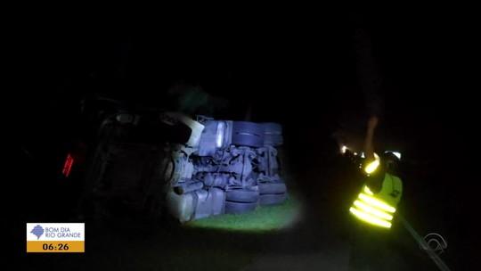 Tombamento de caminhão com ácido causa bloqueio na BR-116, no Sul do RS