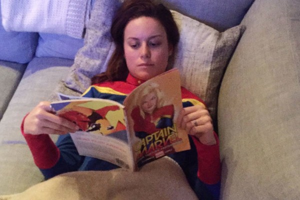 A atriz Brie Larson lendo uma HQ da personagem Capitã Marvel (Foto: Instagram)