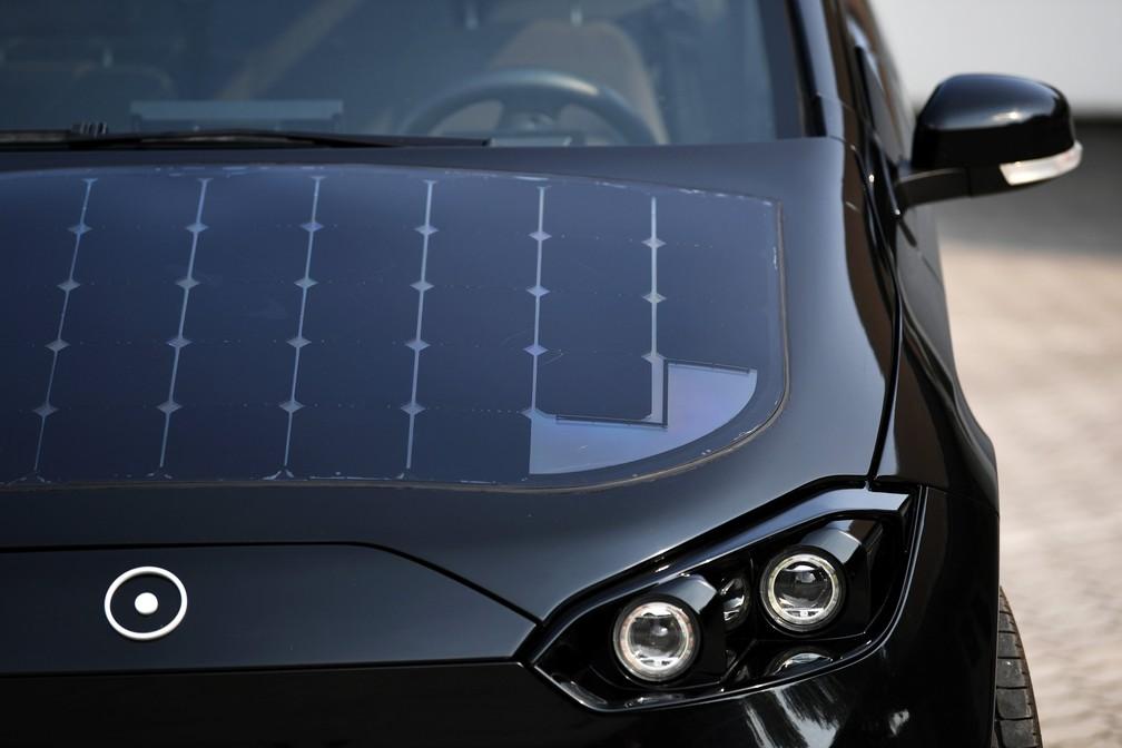 Painéis solares na superfície do Sion, da Sono Motors, são responsáveis por captar a energia (Foto: Andreas Gebert/Reuters)