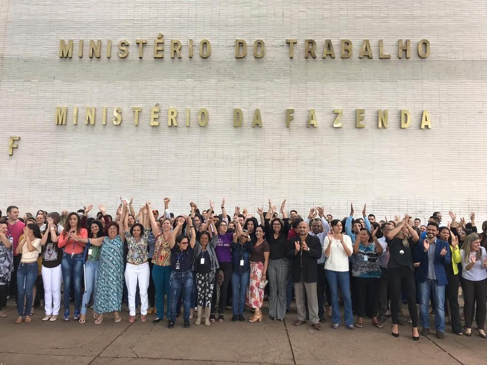Servidores do Ministério do Trabalho fazem ato após anúncio de perda do status ministerial — Foto: Maíra Alves/G1