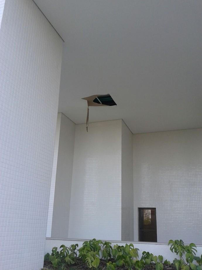Outra falha de acabamento e instalação no prédio da Austrália na Vila Olímpica (Foto: GloboEsporte.com)