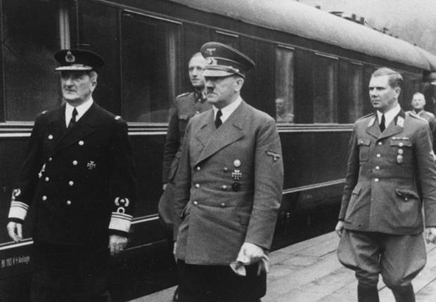 Adolf Hitler inspeciona trem da Wehrmacht, em foto de arquivo (Foto: Bundesarchiv/Reprodução)
