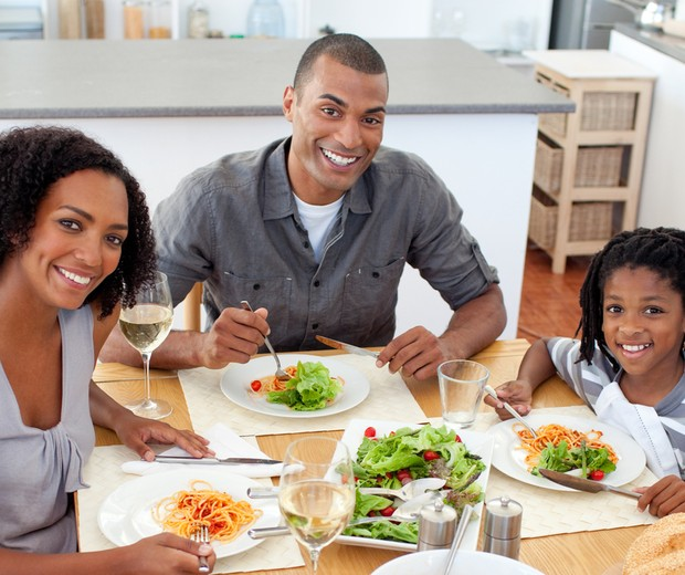 Família reunida na mesa na hora do almoço (Foto: Shutterstock)