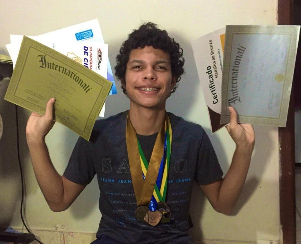 Mateus do Carmo Braga, de 17 anos, é aprovado na 6ª melhor universidade do mundo — Foto: Mateus Braga/Arquivo pessoal