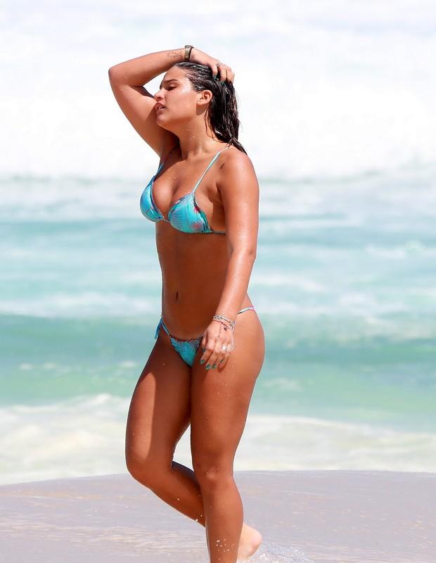 Giulia Costa na praia (Foto: Agnews)
