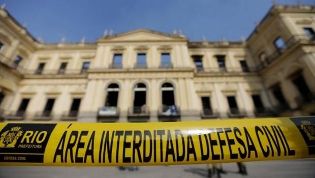 Museu Nacional ainda mensura os danos causados pelo incêndio a seu acervo (Foto: AFP via BBC)