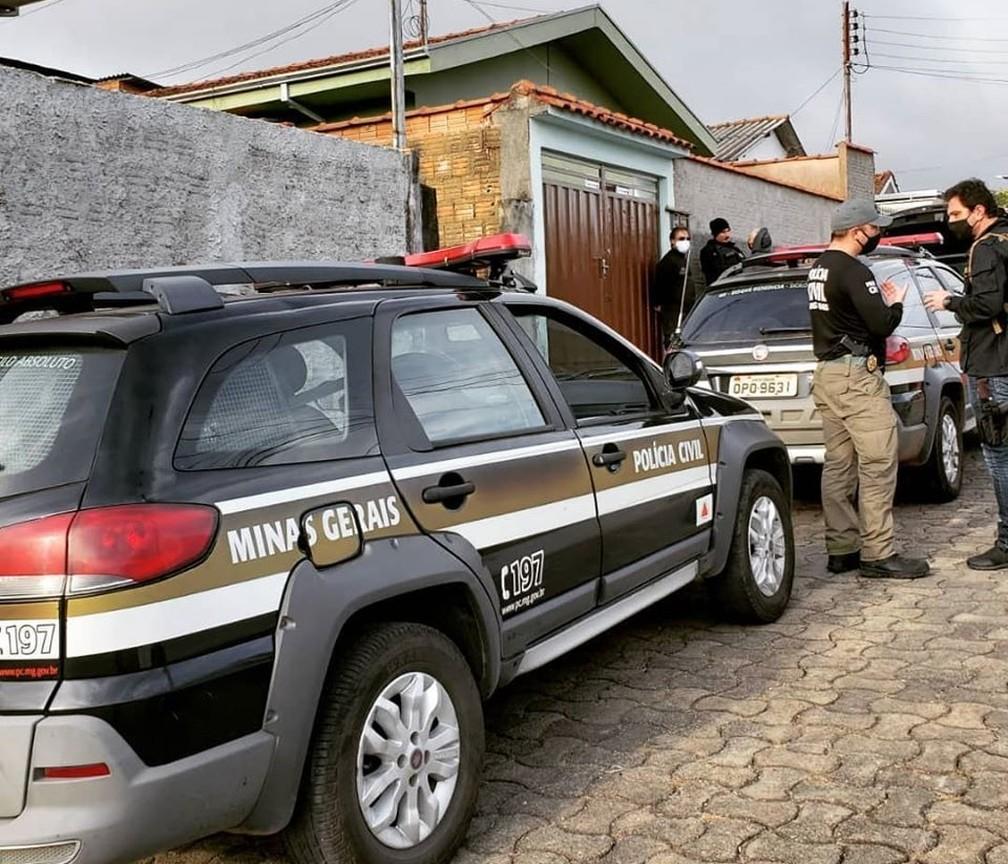 Operação prende dois e apreende armas e drogas em Poços de Caldas (MG) — Foto: Polícia Civil