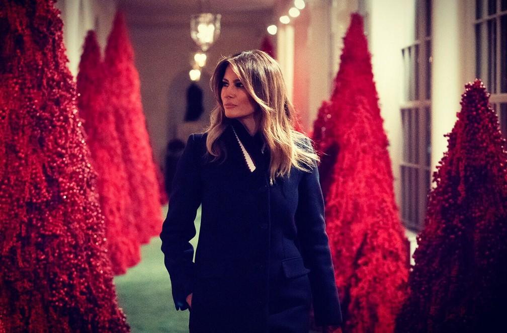 Primeira-dama dos EUA, Melania Trump, caminha entre árvores de Natal da Casa Branca — Foto: Reprodução Instagram/ @FLOTUS