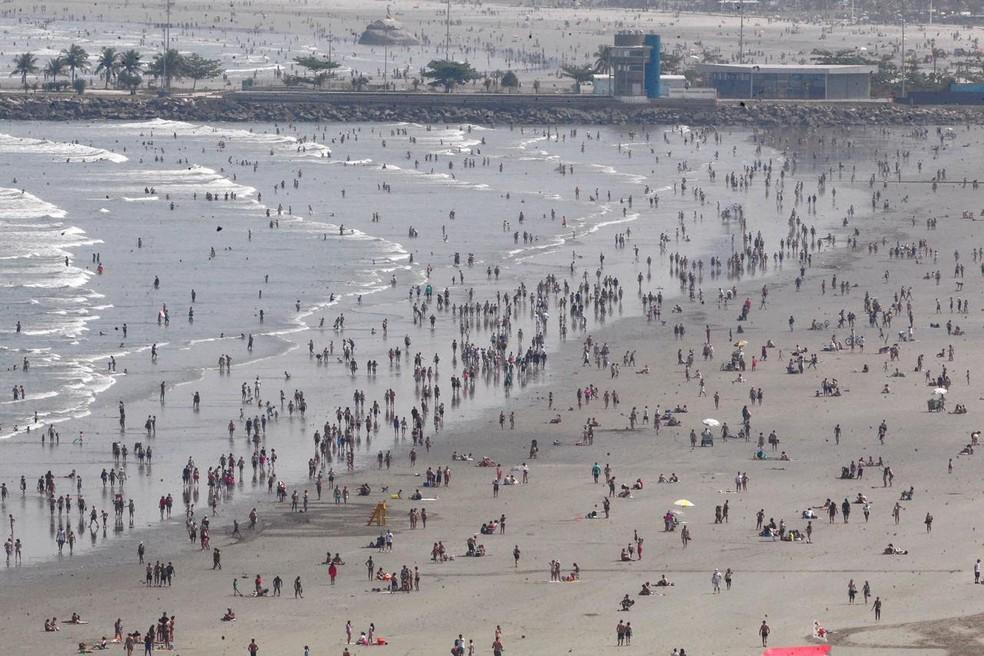 Milhares de moradores e turistas foram às praias do litoral de SP neste domingo (6) — Foto: Matheus Tagé/Jornal A Tribuna