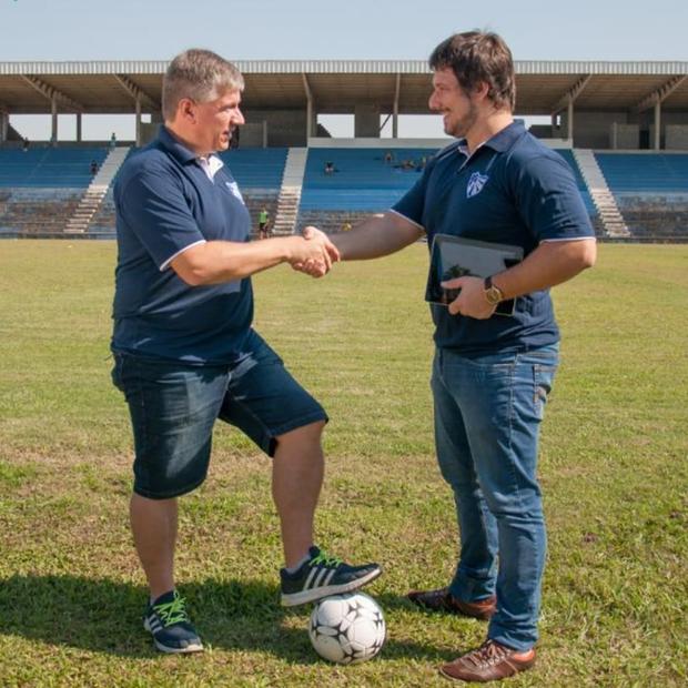 Cláudio Lempek, presidente do Cruzeiro-RS, e Jonathan Darcie, chefe de Business da Iconic. Clube Gaúcho vai abrir capital por meio de criptomoedas (Foto: Divulgação/Iconic)