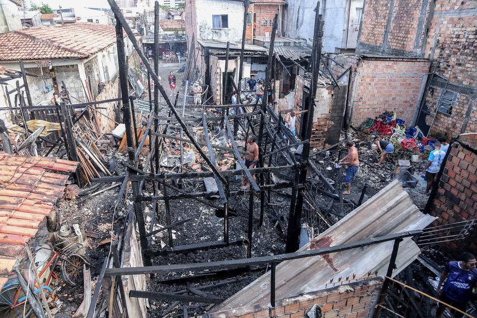 Mais de 10 famílias que tiveram as casas atingidas por incêndio no bairro de Fátima precisam de doações  — Foto: João Gomes/Agência Belém