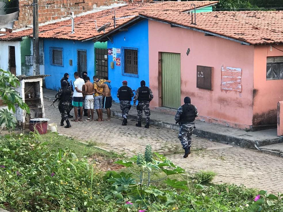 Quatro pessoas foram presas na Comunidade do Mosquito, em Natal (Foto: Kleber Teixeira/Inter TV Cabugi)