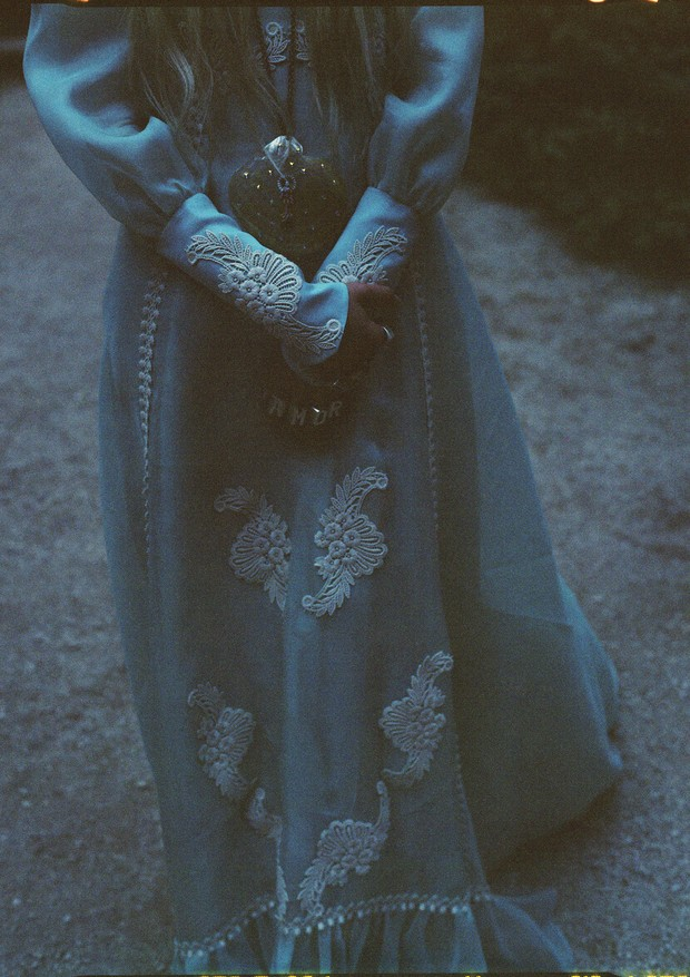Vestido de seda com mangas esvoaçantes e apliques sobrepostos, colar com strass e anéis de prata (Foto: Gia Coppola)