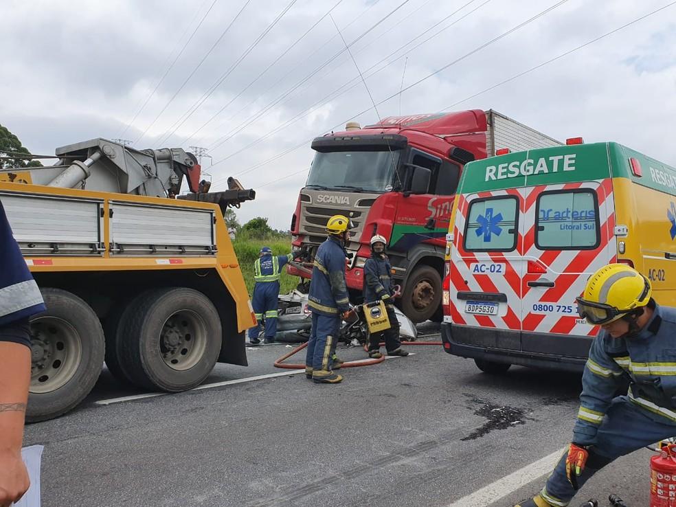 Batida com pelo menos cinco mortes causou interdição na BR-116, em São José dos Pinhais  Foto: Vanessa Rumor/RPC