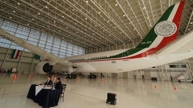 Representantes do governo deram entrevista coletiva sobre a venda do avião no domingo (Foto: Secretaria da Fazenda e Crédito Público do México via BBC)