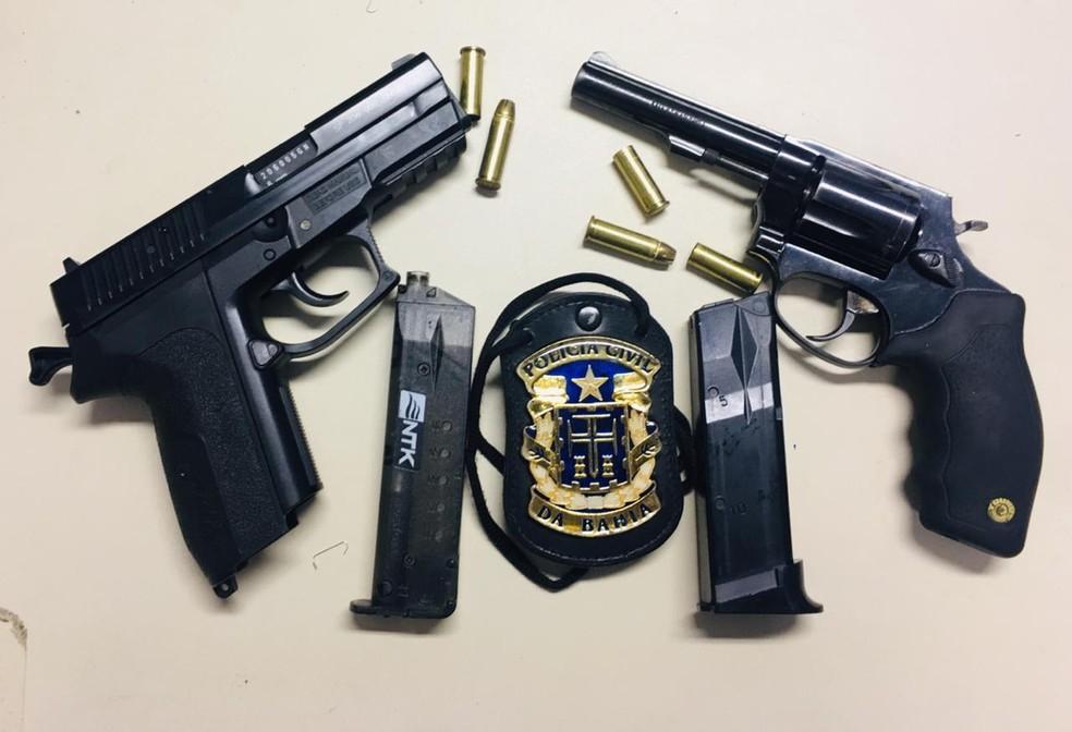 Uma pistola e um revolver foram apreendidos  — Foto: Divulgação/SSP