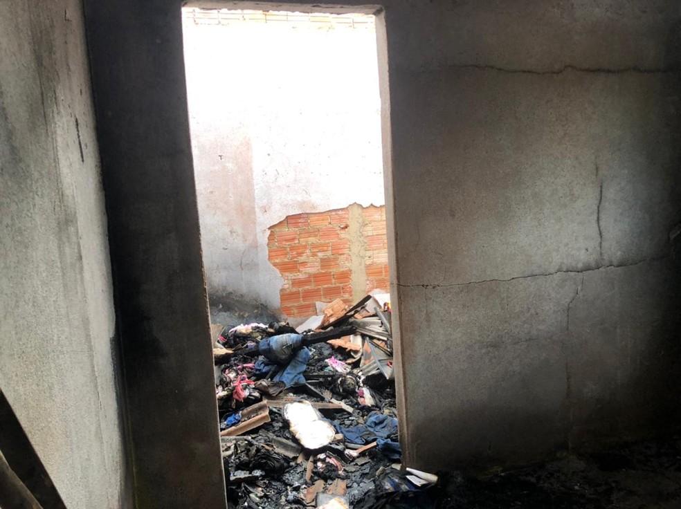 Residência pegou fogo na madrugada do dia 2 de abril em Porto Velho — Foto: Thais Gomes/Rede Amazônica