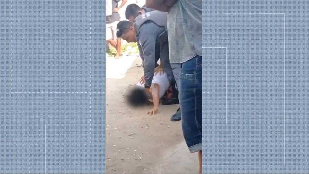 Vídeo mostra policiais agredindo mulher com socos e joelhadas no ES — Foto: Reprodução/TV Gazeta